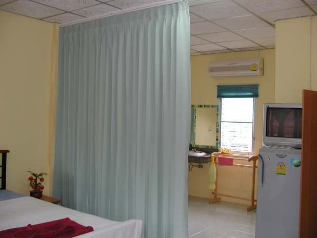 ECO Guesthouse Naiyang, Phuket, Air Condition and a Protecting Curtain / Klimaanlage und schützender Vorhang